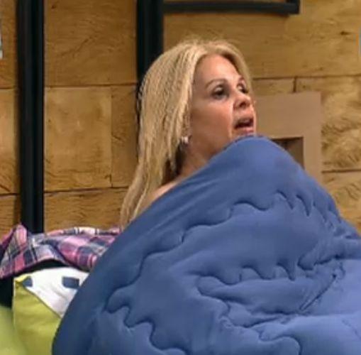Titia Monique se troca debaixo do edredom (5/8/2011)