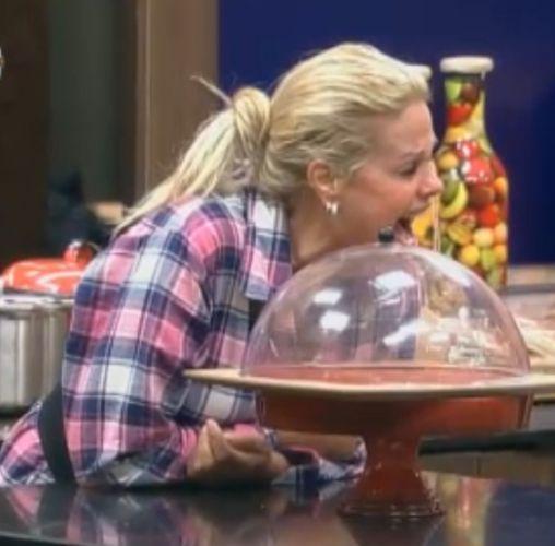 Monique Evans não consegue parar de rir (5/8/2011)