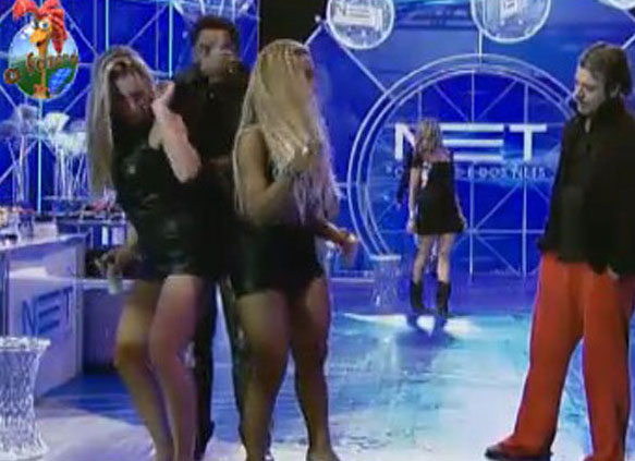 Joana e Valesca dançam com um animado Compadre Washington. Esta foi uma das muitas vezes em que João Kléber ficou estático na pista olhando Joana Machado dançar (05/08/11)