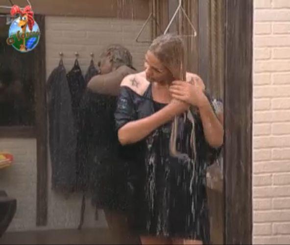 Monique Evans toma banho de roupa, no início da tarde deste domingo (07/8/11)