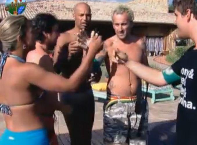 Peões da equipe Avestruz se preparam para jogo na piscina (08/8/2011)