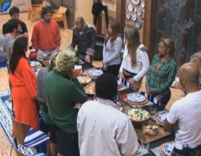Peões se reúnem antes de fazer a oração (09/8/2011)