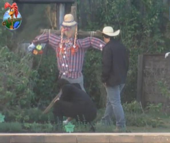 Caseiro Clébis ensina Joao Kléber a plantar pés de alface na horta da fazenda (10/8/11)