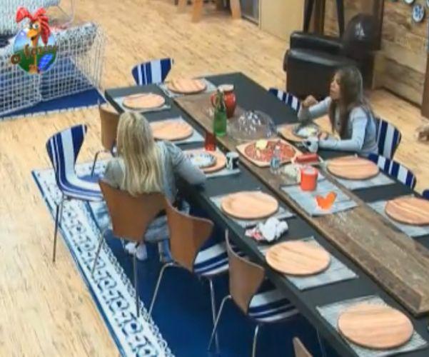 Raquel e Monique conversam durante o café da manhã (11/8/11)