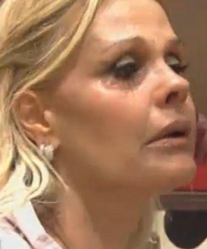 Monique chora ao lembrar da filha; peoa já comentou sobre a