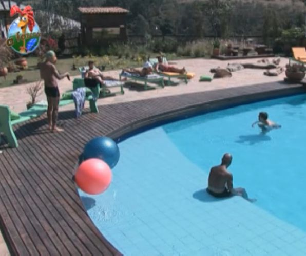 Peões conversam sobre música na piscina da fazenda (15/8/11)