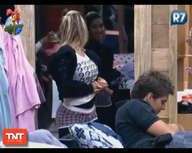 Dani Bolina até vestiu a peça para mostrar que era uma calcinha, e não uma cueca 15/8/11)