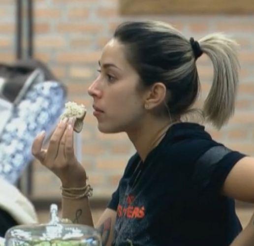 Dani Bolina, a nova integrante do reality, toma café da manhã em seu primeiro dia de confinamento (12/8/11)