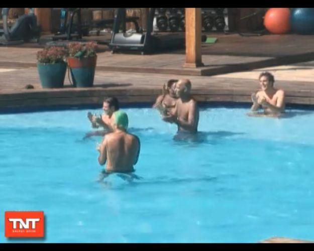 Peões aproveitam a piscina na manhã desta sexta-feira (12/8/11)