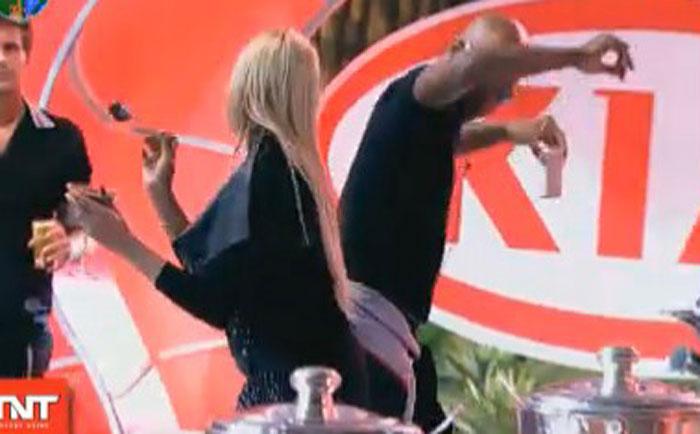 Dinei dança com Monique Evans (12/08/11)