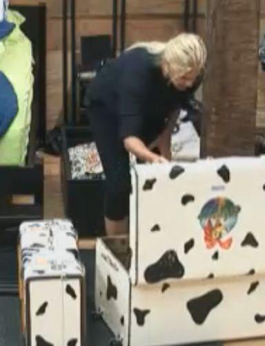 Monique Evans arruma malas antes de ir para Roça (13/9/11)