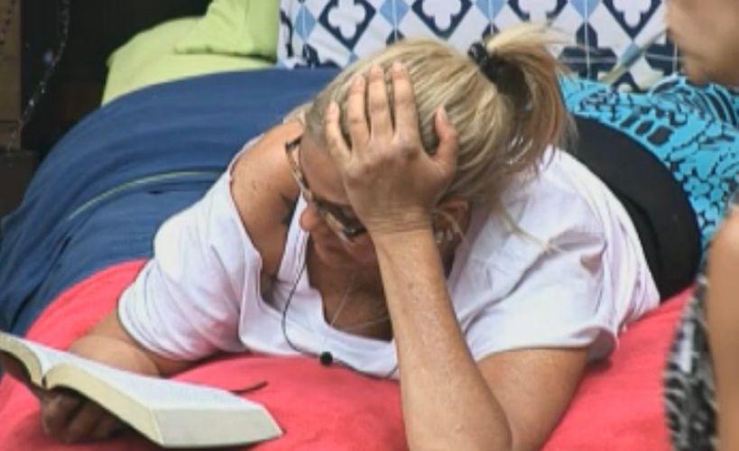 Monique passa o tempo lendo um livro (16/8/11)