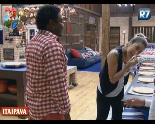 Dani Bolina cutuca o nariz e Dinei reclama (17/8/2011)