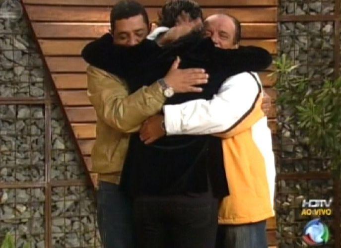 João Kléber abraça os amigos na saída do programa (18/8/2011)