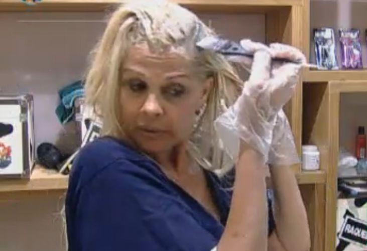 Monique pinta o cabelo durante a tarde (18/9/11)