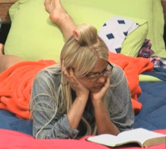 Monique Evans lê na cama depois de acordar (19/8/2011)