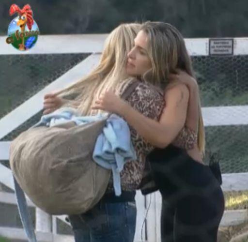 Monique se despede de Joana antes de ir para casa da Roça (20/9/11)