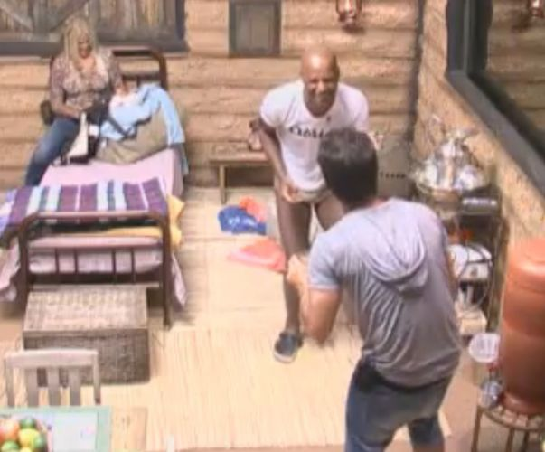 Dinei e Marlon brincam antes de prova do fazendeiro (20/9/11)