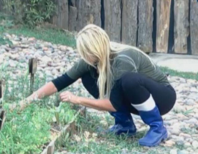 Monique cuida da horta da Roça (21/9/11)