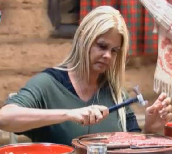 Monique bate os bifes para almoço na casa da Roça (21/9/11)