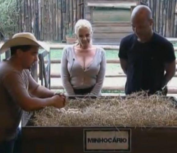 Clébis explica atividade do minhocário para Monique e Joana Machado (21/09/2011)