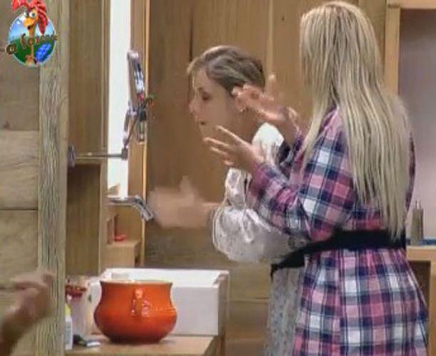 Peoas tentam escovar os dentes e lavar o rosto sem desperdiçar água; os peões receberam uma punição e terão que ficar 48 horas sem água (22/8/2011)