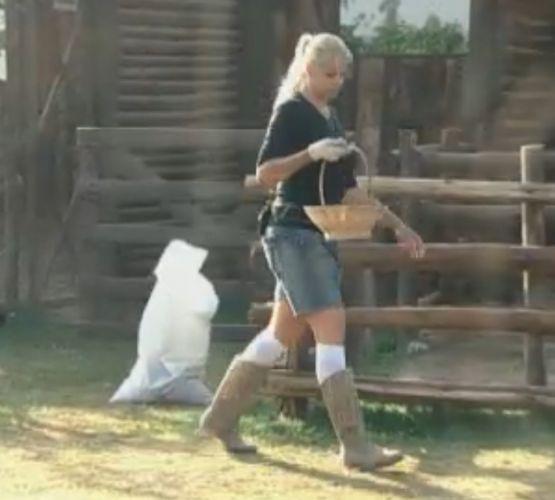 Monique Evans conta para galinhas que não foi eliminada no reality show.