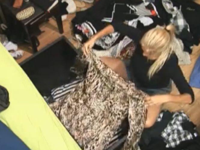 Monique Evans arruma roupas depois da volta da Roça (23/9/11)