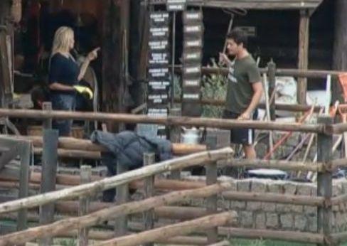 Monique Evans pergunta para Thiago Gagliasso o que deve fazer com os pintinhos mortos que encontrou (24/9/11)