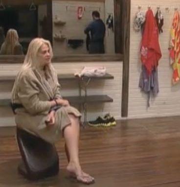Monique Evans senta em um banquinho no banheiro e conta histórias para Marlon (24/9/11)