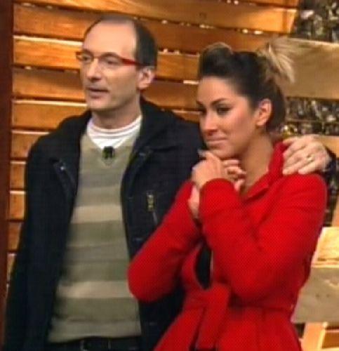 Dani olha a reação dos peões com a volta de Monique Evans (25/8/2011)