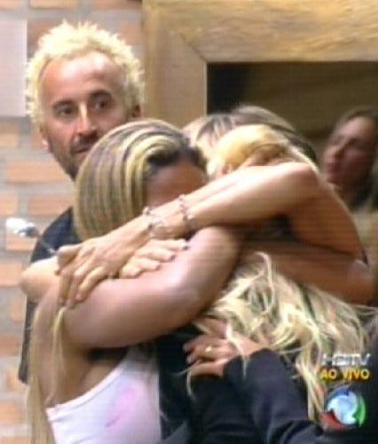 Peoas ficam emocionadas com a volta de Monique. Gui pareceu não gostar (25/8/2011)