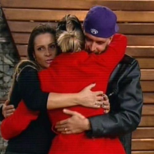 Dani Bolina abraça mãe e marido antes de deixar A Fazenda (25/8/2011)