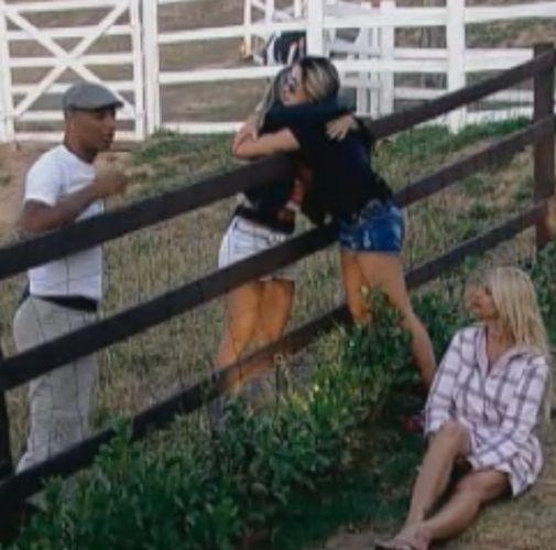 Dani Bolina abraça Joana Machado e Dinei faz palhaçada para Monique (25/8/2011)