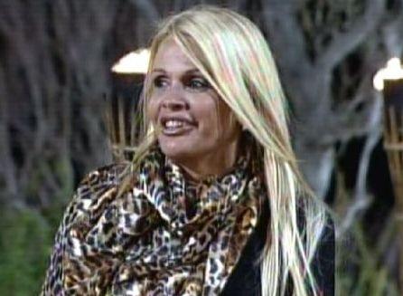 Monique sorri enquanto conversa com Britto (25/09/11)