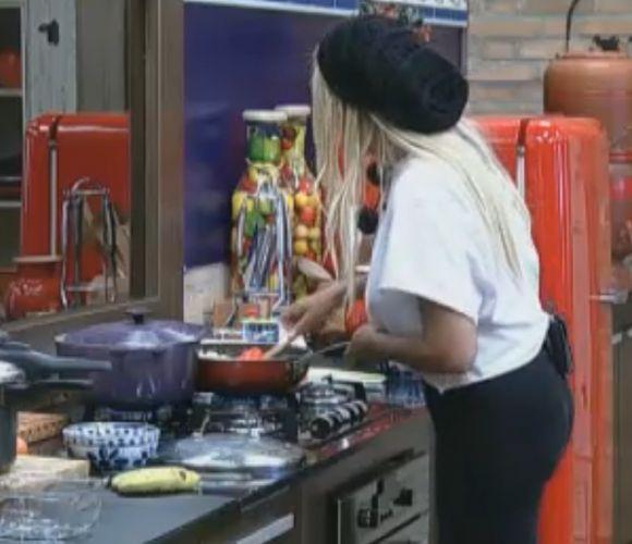 Monique Evans prepara almoço para os peões (25/9/11)