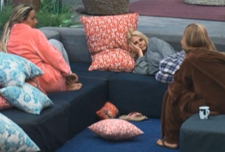 Valesca e Monique escutam lamento de Raquel sobre roça (25/9/11)