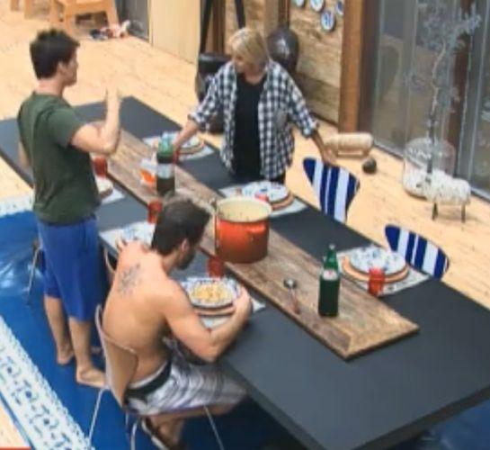 Mesa de almoço está bem vazia nas últimas semanas do confinamento (26/09/2011)