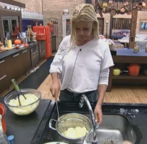 Monique prepara purê para o almoço dos peões (27/9/11)