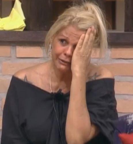 Peoa ficou brava com pergunta de internauta, que questionou se ela chorava apenas para as câmeras e se fazia de coitada (28/09/2011)