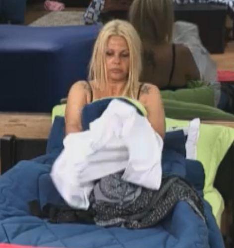 Monique se troca antes de dormir (29/9/11)
