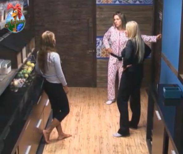 Raquel, Joana e Monique conversam sobre divisão de tarefas (30/8/11)
