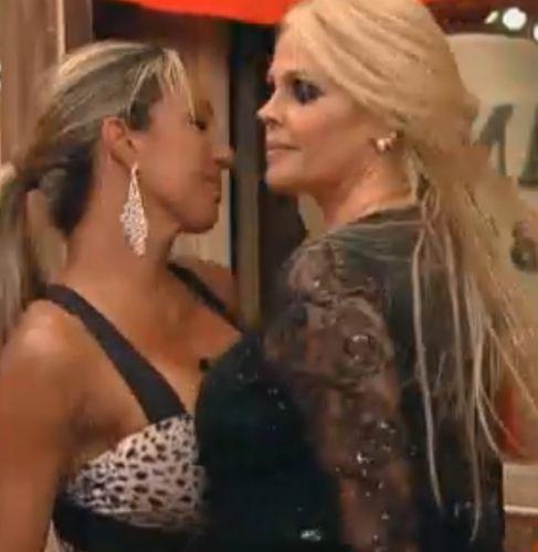 Valesca e Monique aproveitam a noite (30/09/11)