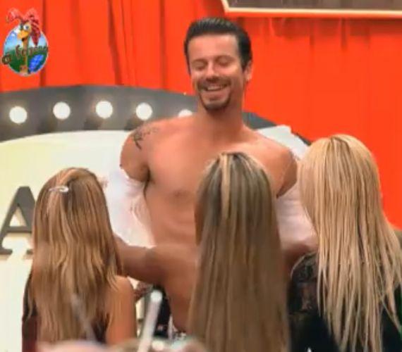 Mulheres tiram a camisa de Marlon (30/09/11)