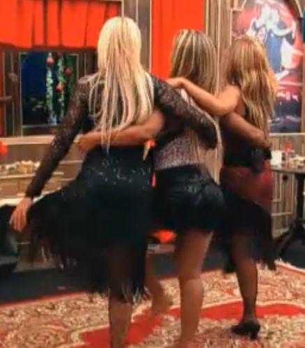 Monique, Valesca e Raquel fazem
