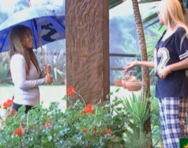 Raquel e Monique conversam na varanda (31/8/11)