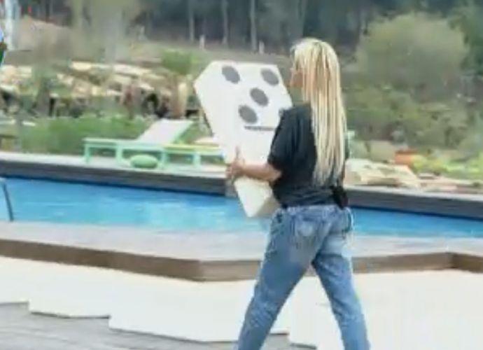 Monique Evans participa de atividade de dominó gigante