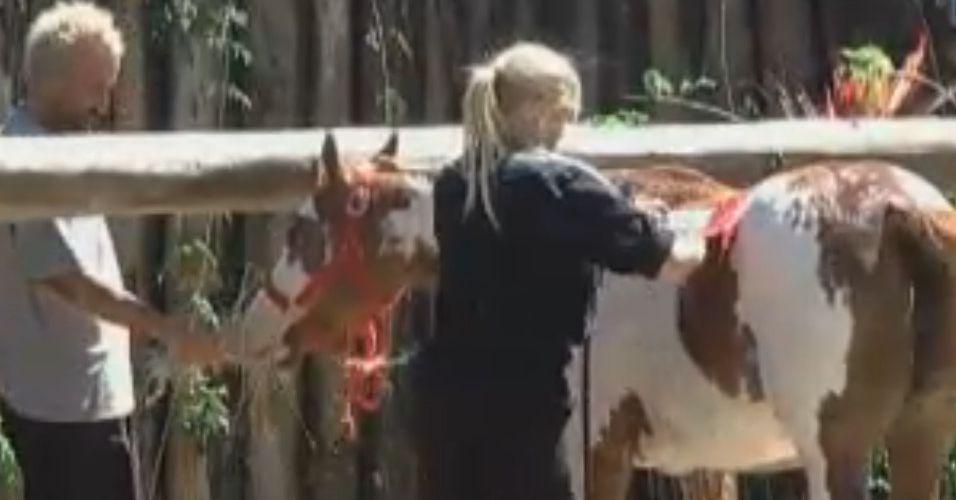 Gui Pádua ajuda Monique Evans no banho dos cavalos