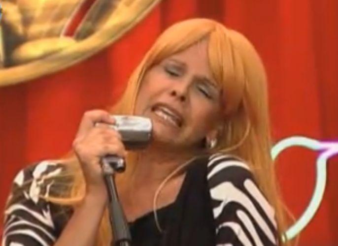 Monique Evans imita a cantora Wanderléia em