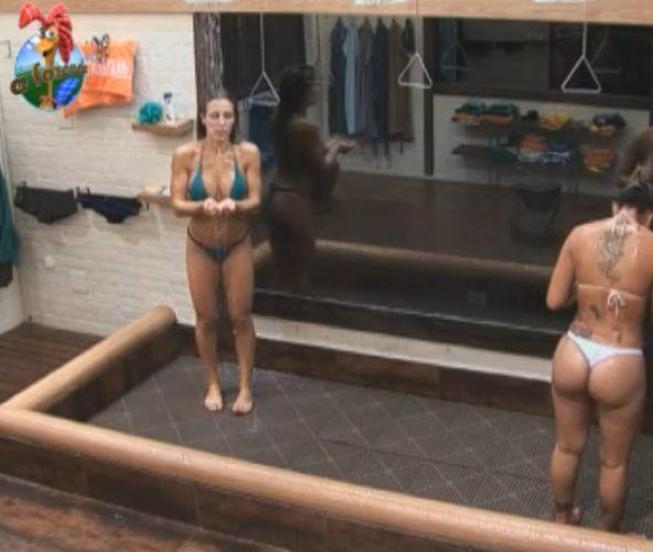 Joana e Dani tomaram vários banhos juntas na Fazenda (2/09/11)